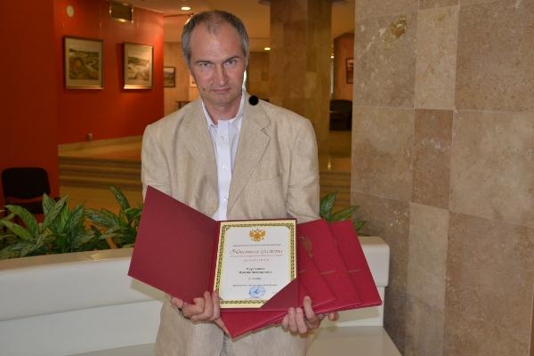 Главный редактор получает награды для делегатов фестиваля и организаторов